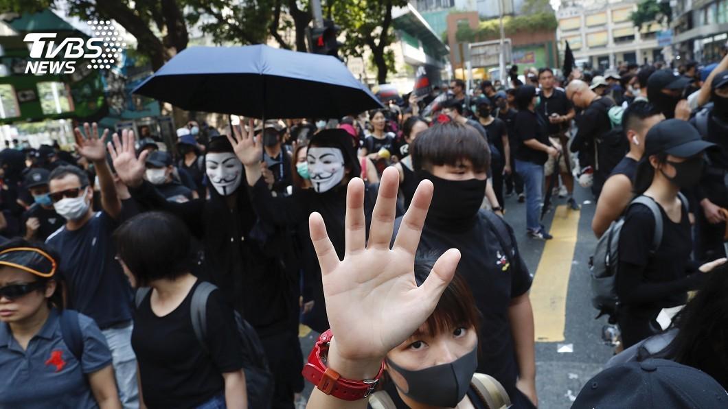 圖/達志影像美聯社 大陸慶祝、香港街頭淪戰場 十一強烈對比