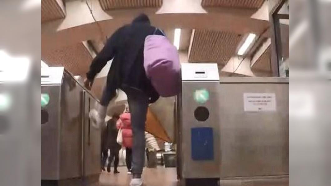 圖/翻攝自KPIX CBS SF Bay Area YouTube 車站上演障礙賽? 灣區捷運乘客集體逃票