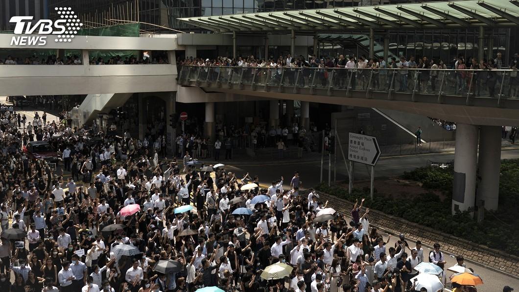 圖/達志影像美聯社 港民集會遊行聲援中槍學生 高呼「解散警隊」