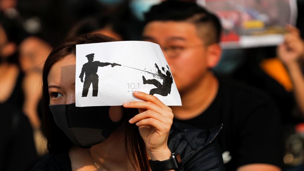 圖/達志影像路透 港警十一「近距離開槍」荃灣中學生左胸中彈