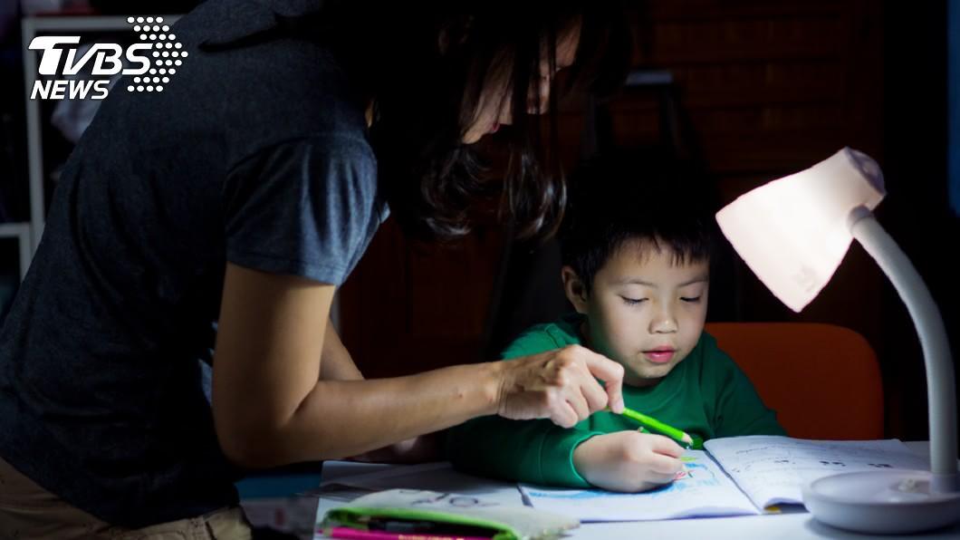 非當事人。示意圖/TVBS 回家作業最少8樣! 國一女「寫到凌晨」媽心疼