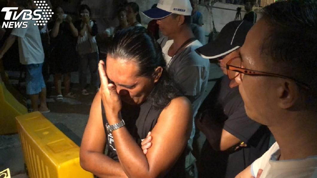 堂弟Raniel接到哥哥Impang George Jagmis死訊忍不住掩面痛哭。(圖/中央社) 再半年就可回家!漁工「忍12年油汙味」睡船上魂斷宜蘭