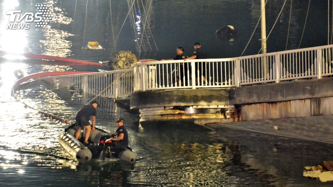 圖/中央社 南方澳斷橋拆解作業 水中與高空漏夜進行