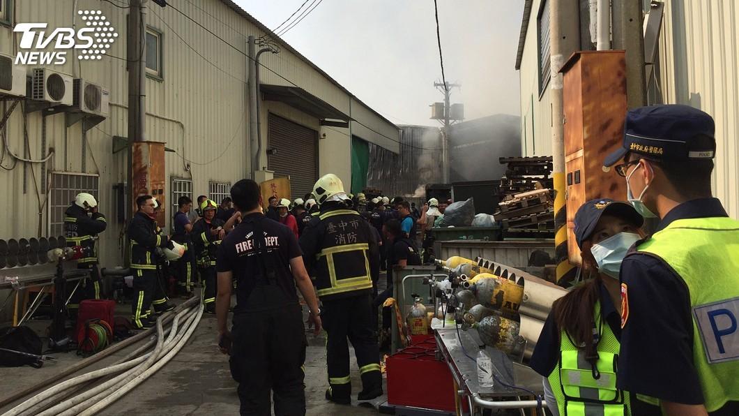圖/中央社 救災英雄悲歌 4年13名消防員搶救工廠火警殉職