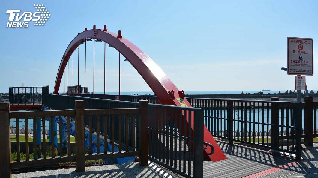 107年完工的花蓮港景觀橋為鋼構橋梁,僅開放行人、自行車使用,可承載70人。圖/中央社 花蓮港務分公司轄管4橋 使用均正常