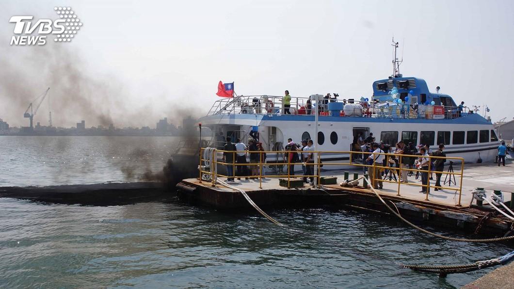 圖/中央社 虛驚一場!搭船造勢狀況多 韓國瑜剛走船尾冒黑煙