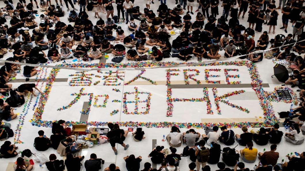 圖/達志影像路透 18歲學生近距離挨子彈 香港人上街頭聲援