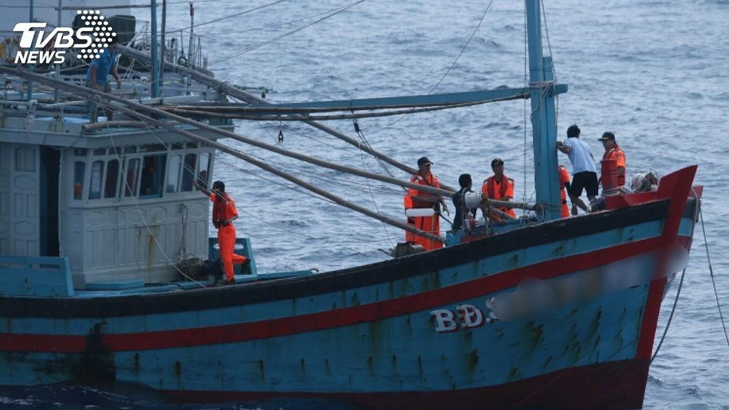 圖/海巡署提供 海巡快打艦隊查扣違法越南船 船上滿是漁獲