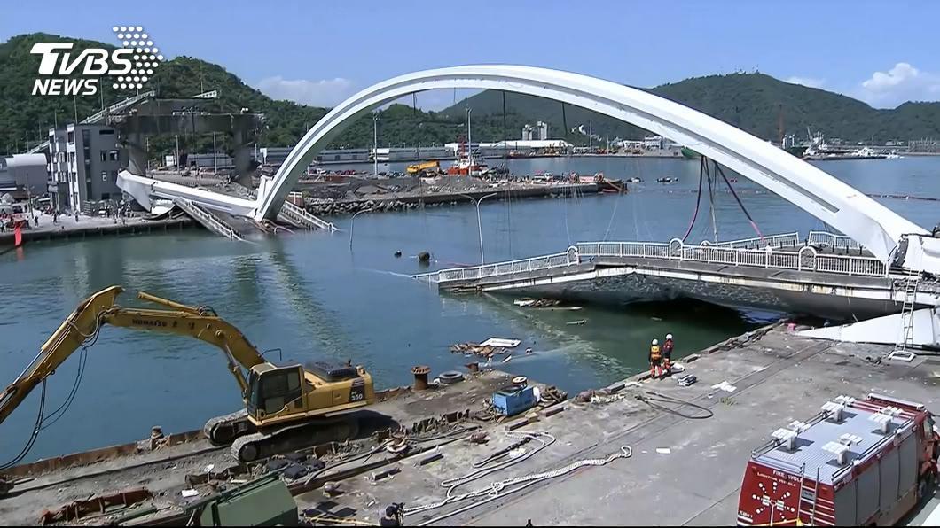 宜蘭縣南方澳跨港大橋1日上午崩塌。圖/TVBS 已請好假回印尼結婚! 28歲漁工命喪南方澳橋下