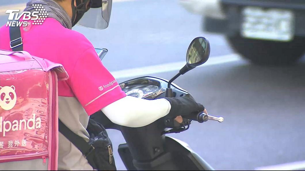台灣的外送風氣日漸盛行,時常能在路上看到外送員的身影。圖/TVBS資料畫面 月入10萬轉行當外送員!《終極》男星遭管理員羞辱痛哭