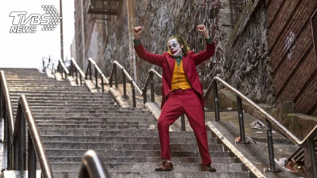 長樓梯為劇中小丑關鍵轉變場景。圖/TVBS 「小丑」創4億票房佳績 笑探社會底層悲歌