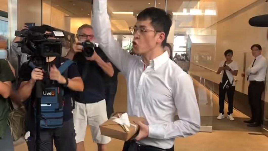 男子高喊「我們都是中國人!」  圖/翻攝自 YouTube頻道「Speakout 港人講地」 我們都是中國人!高喊男子遭黑衣人爆打 眼鏡噴飛