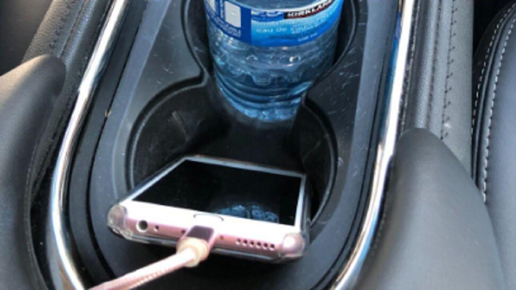 圖/翻攝自推特 手機充電放置杯架!老婦竟收萬元罰單