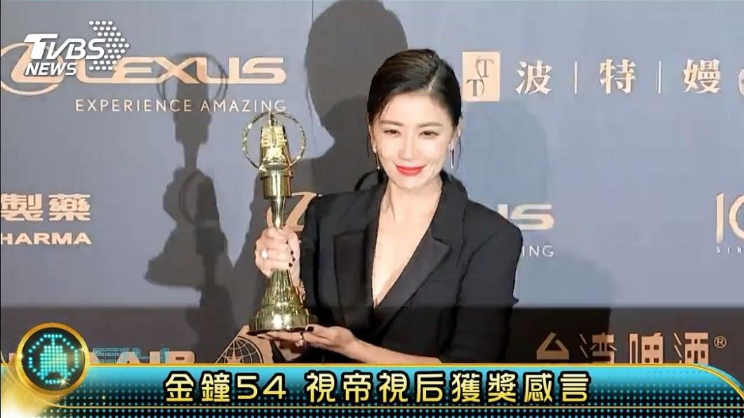 賈靜雯奪下金鐘視后,她在台上也自嘲是過氣女藝人。(圖/TVBS) 自嘲「過氣女藝人」 修杰楷暖舉讓賈靜雯淚崩