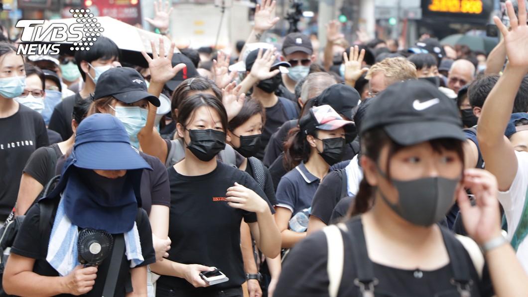 圖/中央社 冒雨抗議禁蒙面法 港警下午催淚彈清場