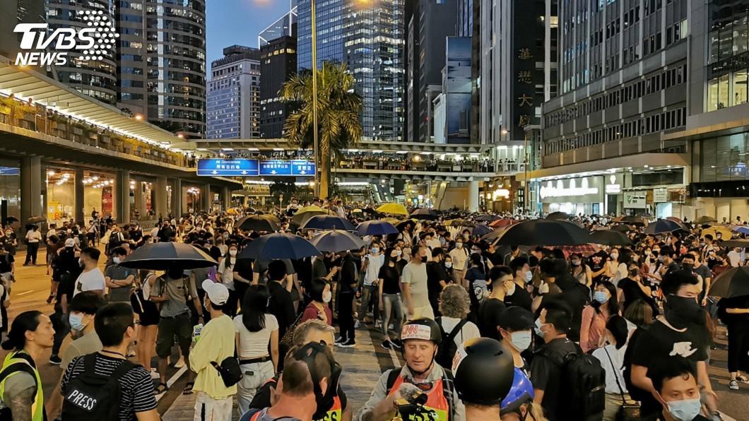 圖為示威人士在中環干諾道中聚集抗議。圖/中央社 香港「反蒙面法」實施後 首次有人被起訴