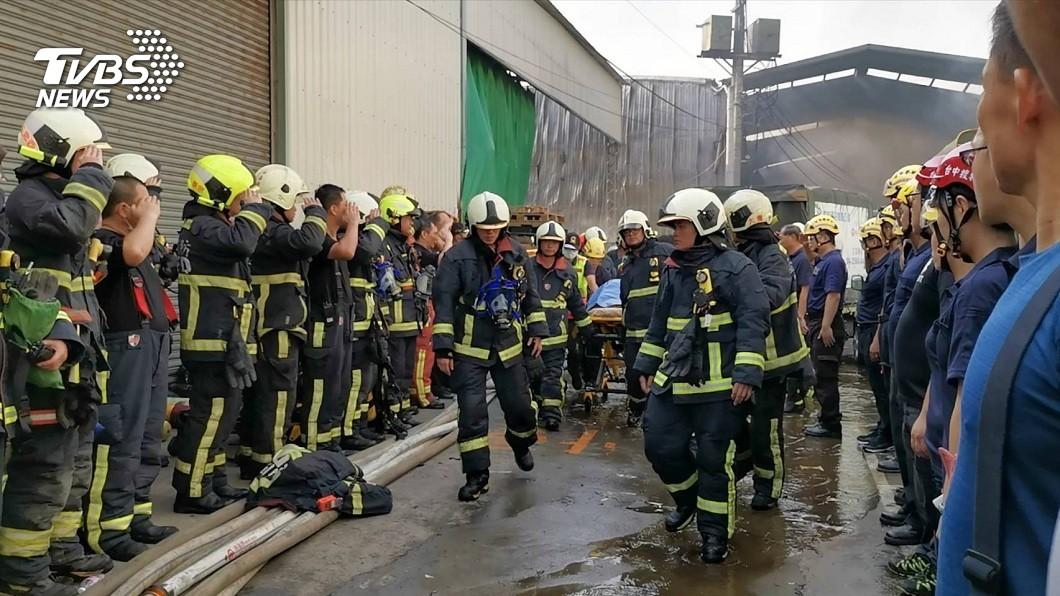 台中市消防局2位消防員在火場中不幸殉職,他們的遺體被抬出時,所有弟兄都列隊致敬。(圖/台中市政府提供) 感念殉職打火弟兄 百萬治喪費禮儀公司全包了