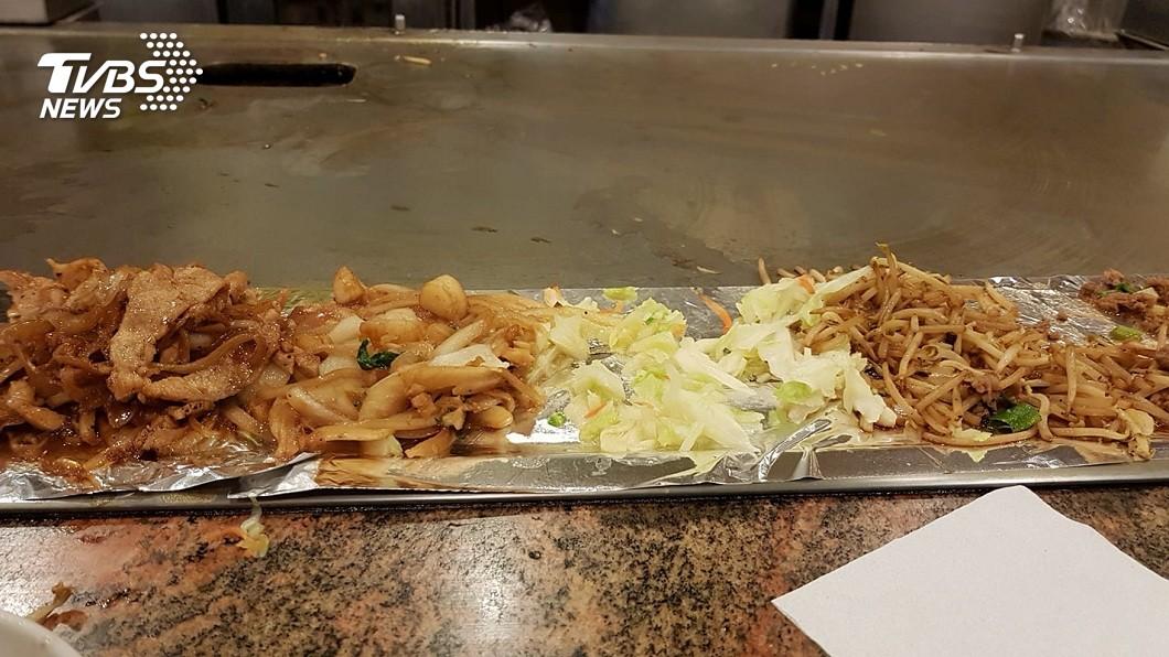你有發現到嗎?只要去吃鐵板燒,店家的配菜幾乎都是高麗菜配豆芽菜。(圖/TVBS,網友授權提供使用) 鐵板燒配菜萬年不變「豆芽菜+高麗菜」 網揭2關鍵