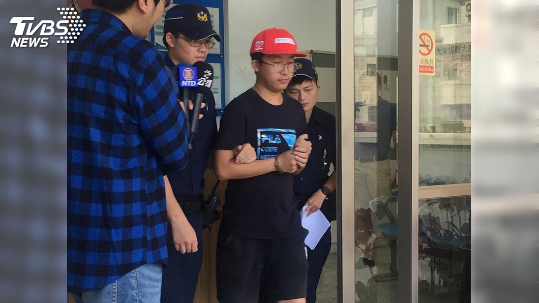 圖/中央社 台大連儂牆遭撕毀 警逮男陸客送辦