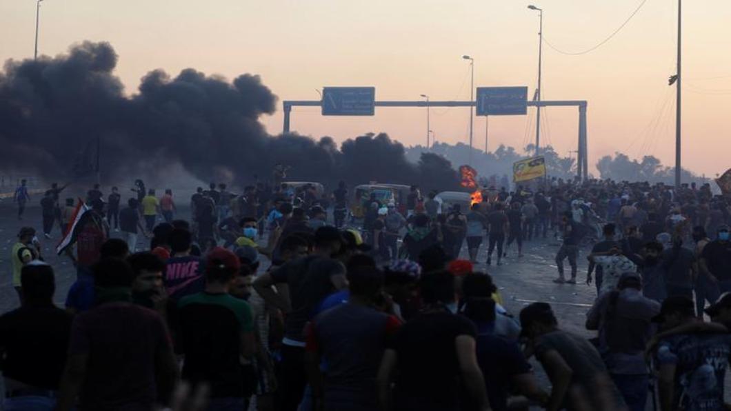 圖/達志影像路透 反貪腐示威 伊拉克實彈驅趕.104人喪命