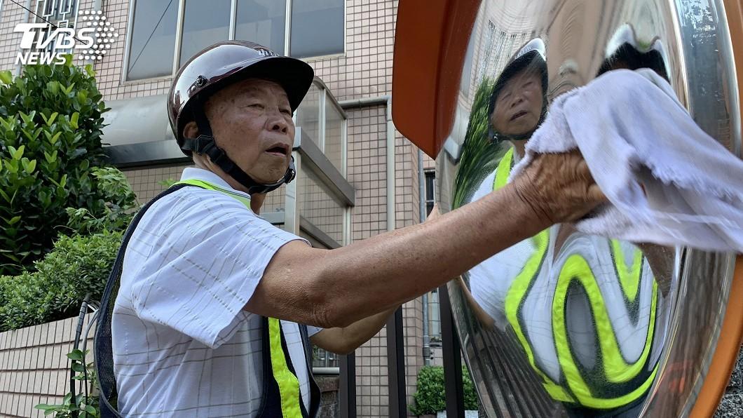 圖/新北市交通局提供 默默守護用路人安全 77歲翁8年擦亮15萬面反光鏡