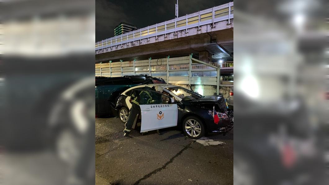 圖/TVBS 北市警車遭撞前後全毀 4車連環撞員警送醫