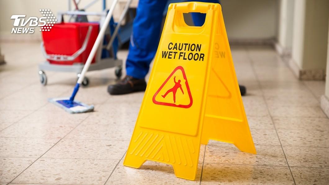 許多清潔人員都會在地板上擺上小心地滑的警告牌,提醒民眾經過時要小心注意。(圖/TVBS) 清潔婦沒擺「小心地滑」警告牌 9歲男童滑倒摔死
