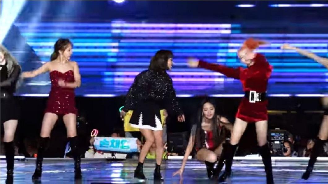 日前子瑜在台上表演時,疑似體力不支而往後倒。(圖/翻攝自YouTube)