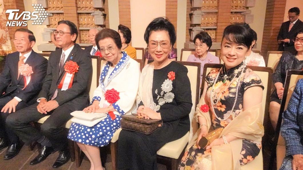 駐日代表處8日晚間舉辦國慶酒會,女星翁倩玉(右1)等旅日僑胞以及日本首相安倍晉三的母親安倍洋子(右3)等人出席。圖/中央社 駐日代表處國慶酒會 日相安倍母親連3年出席