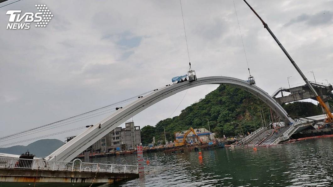 圖/中央社(翻攝照片) 大雨影響 南方澳橋拱拆除延後3小時展開