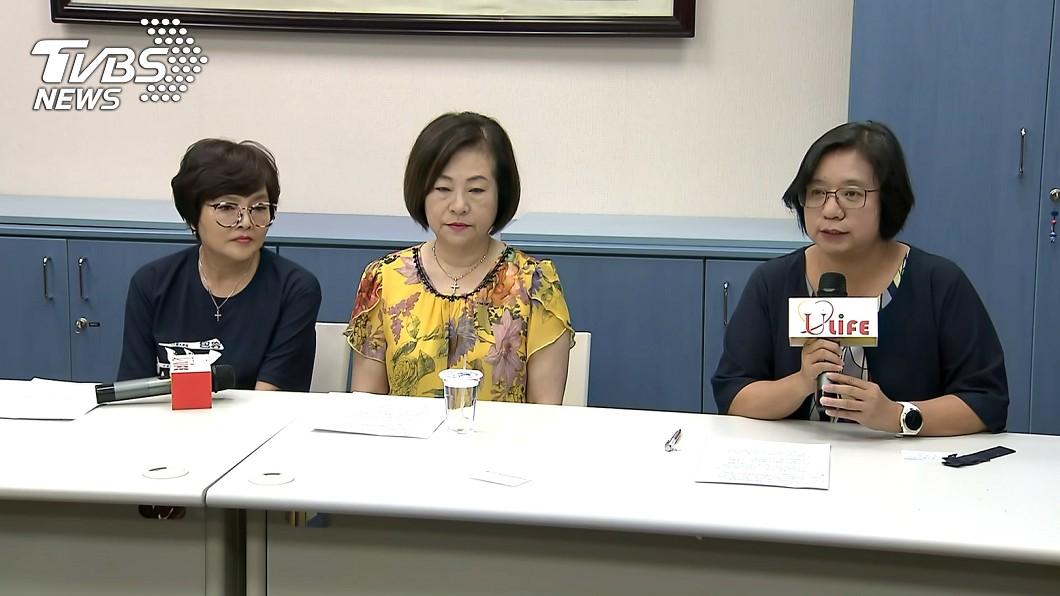 文香(中)今天下午召開記者會,過程中一度淚崩哽咽。圖/TVBS