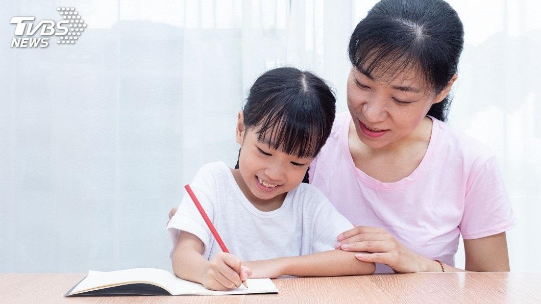 大陸1名8歲女童寫功課不專心,邊寫邊看卡通。(示意圖/TVBS) 邊寫作業邊看卡通…母後腦勺巴一下 8歲女頭暈狂吐亡