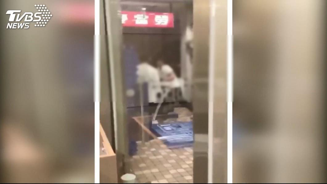 麥當勞吃宵夜 排隊起口角年輕人打群架