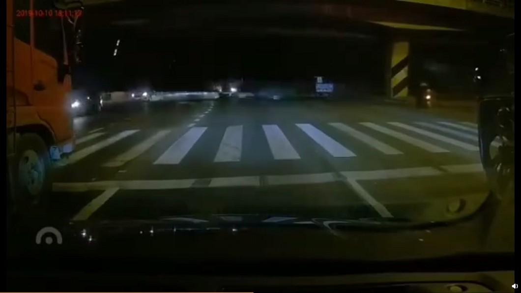 圖/截自微博 江蘇無錫國道高架崩塌 數車被壓橋底待援