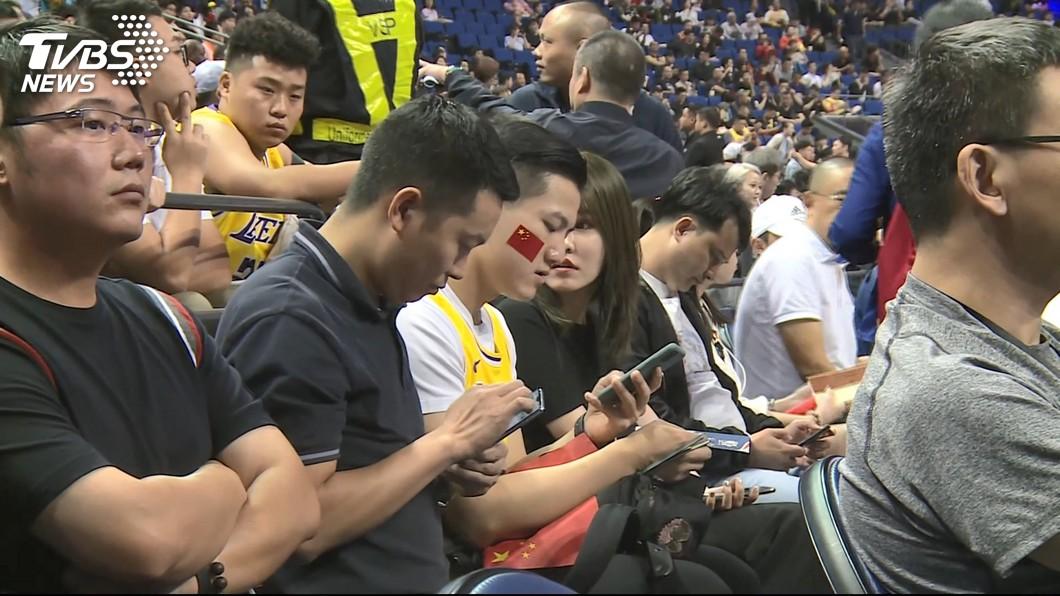 NBA上海賽現場依舊爆滿。 圖/TVBS 說好的抵制呢?NBA座無虛席 陸網友氣炸:太丟臉了