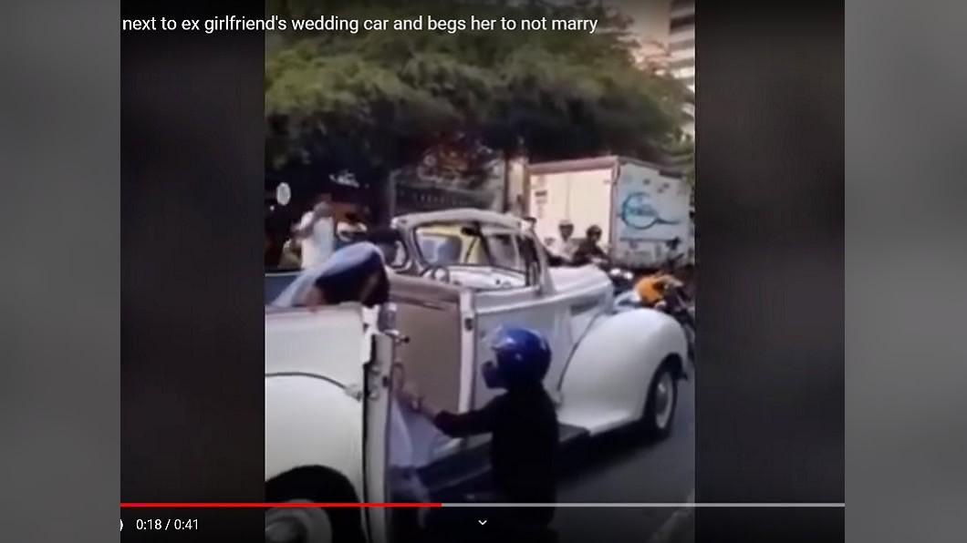 圖/翻攝Whispering News YouTube 新郎不是我!他堵禮車「強吻新娘」 結局曝光