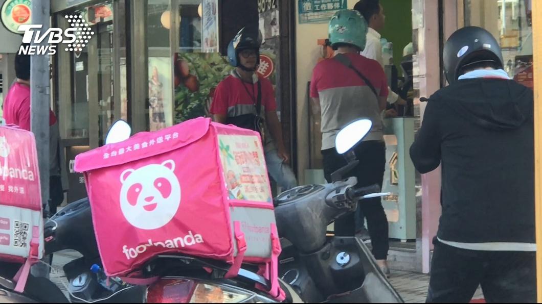 美食外送員竟遇上警方攻堅。圖/TVBS 美食外送遇警攻堅不敢送!客服堅持「繼續送」