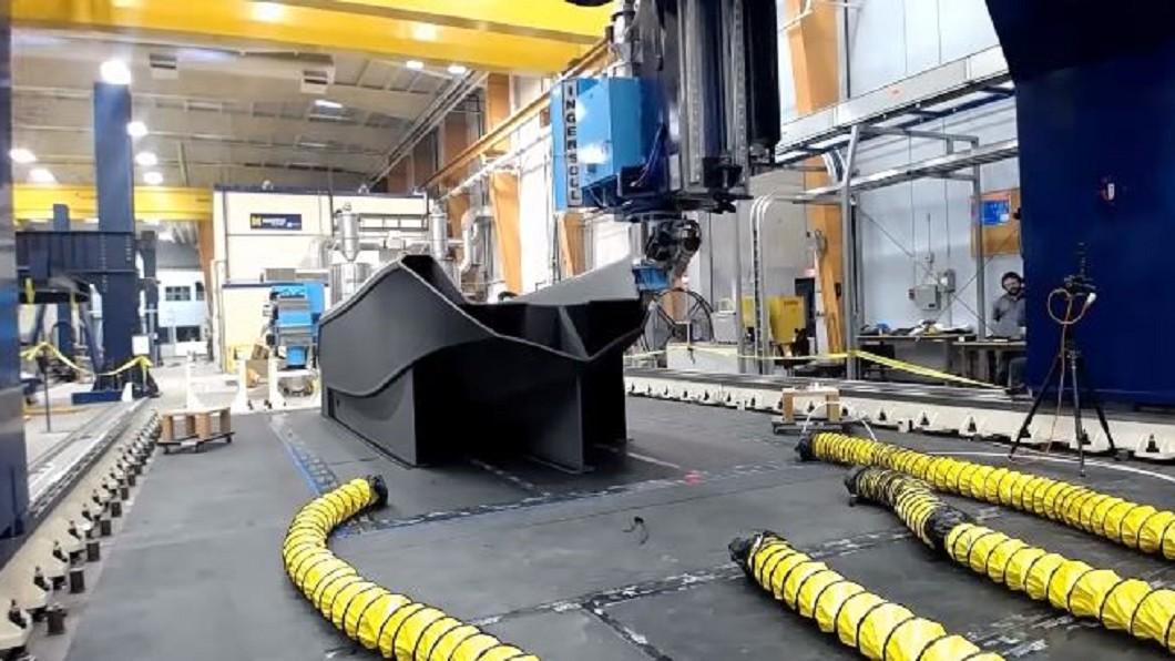 圖/翻攝自  UMaine Composites Center YouTube 72小時印出3D列印船 全球最大破金氏紀錄