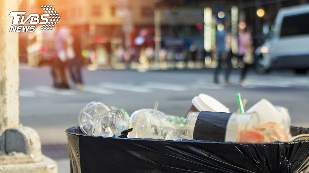 很多公車站牌附近會設置垃圾桶。示意圖/TVBS 北市公車站垃圾桶遭撤除? 網友揭「關鍵因素」