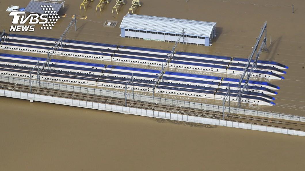 哈吉貝侵襲日本造成長野新幹線車輛中心淹水。圖/達志影像美聯社 61年最強颱哈吉貝襲日 釀10死124傷!新幹線淹水