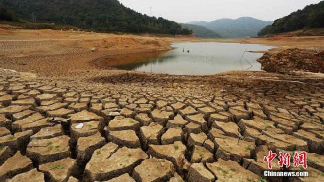 湖床因缺水而裸露,有些部分因極度缺水而龜裂。圖/翻攝自中新網