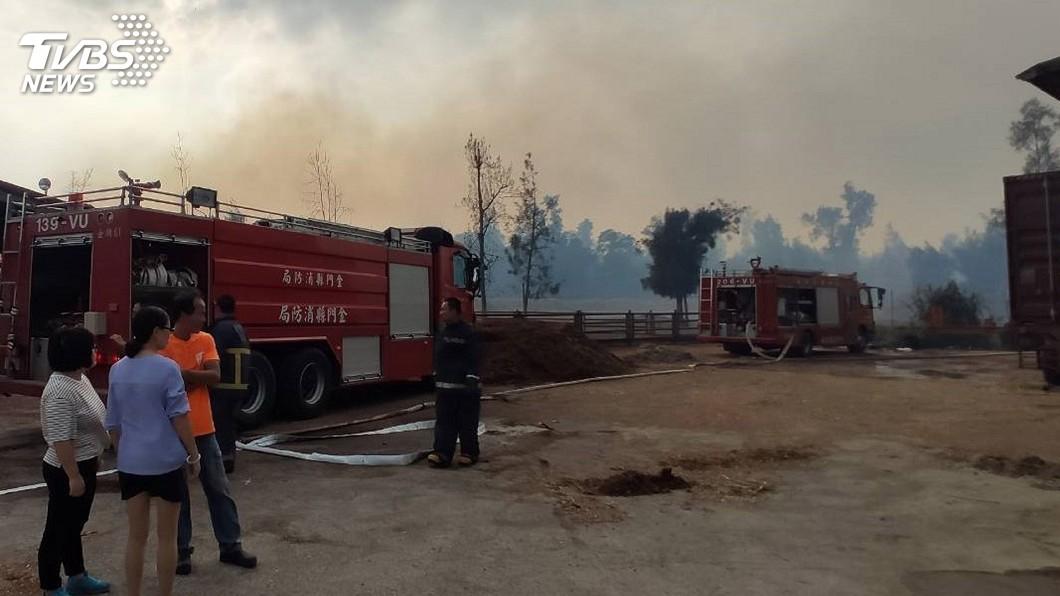 圖/金門縣消防局提供 金門野草火警再起 燃燒面積達一萬平方公尺