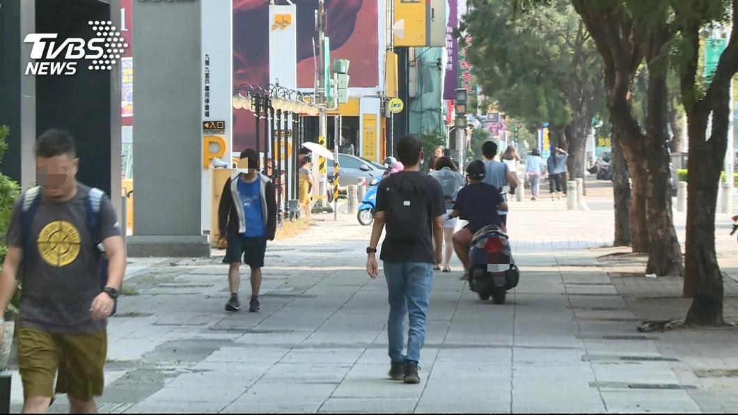 機車騎上人行道。圖/TVBS 魔人「年檢舉8000件」累慘警 立委籲交通部訂上限