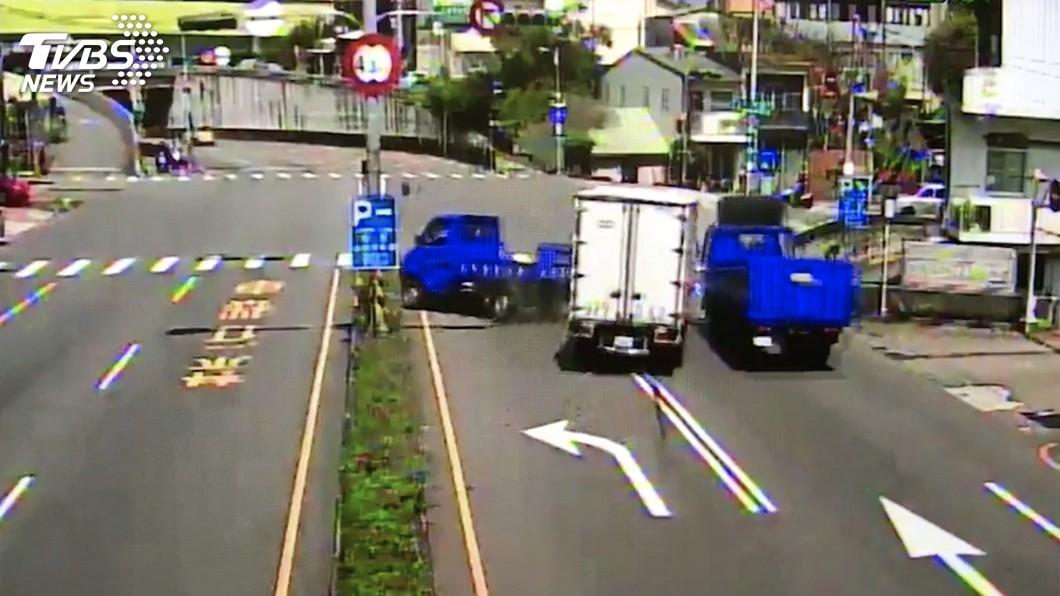 圖/中央社(翻攝照片) 未注意左轉車道停等紅燈 苗栗3車連環撞釀3傷