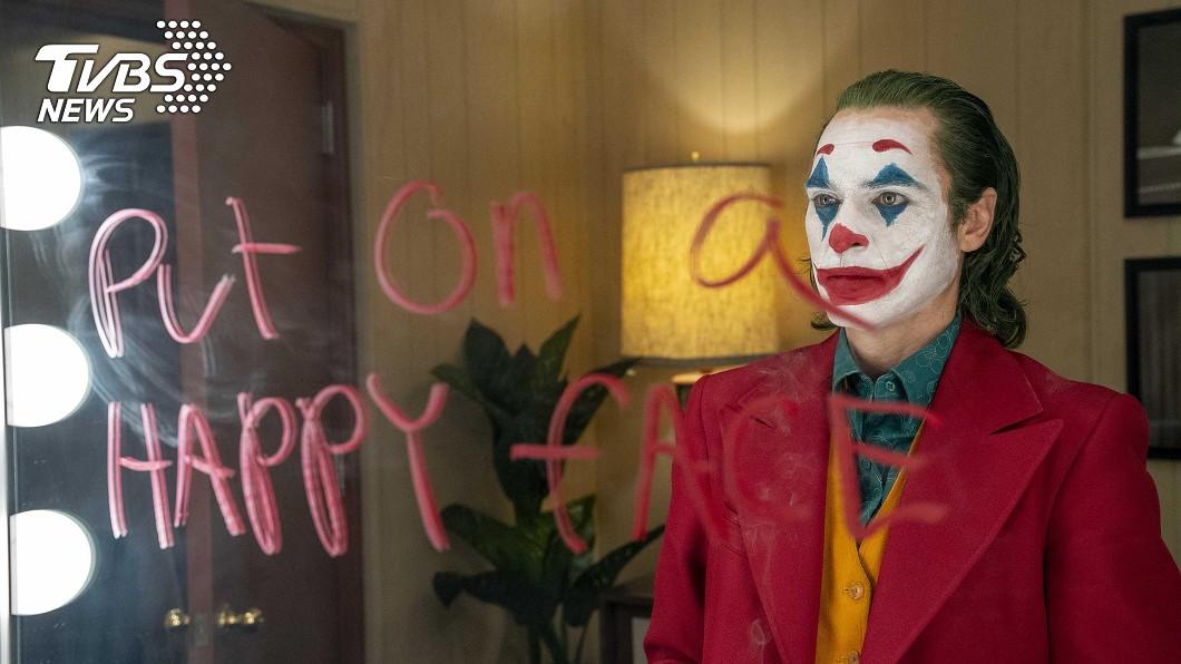 DC漫畫中著名的反派小丑,推出前傳電影「小丑」(Joker),探討小丑的起源,並透過複雜劇情,探索每個人的內心。(圖/華納兄弟提供) 上映一夜橫掃4億票房! 從電影《小丑》台詞學英文