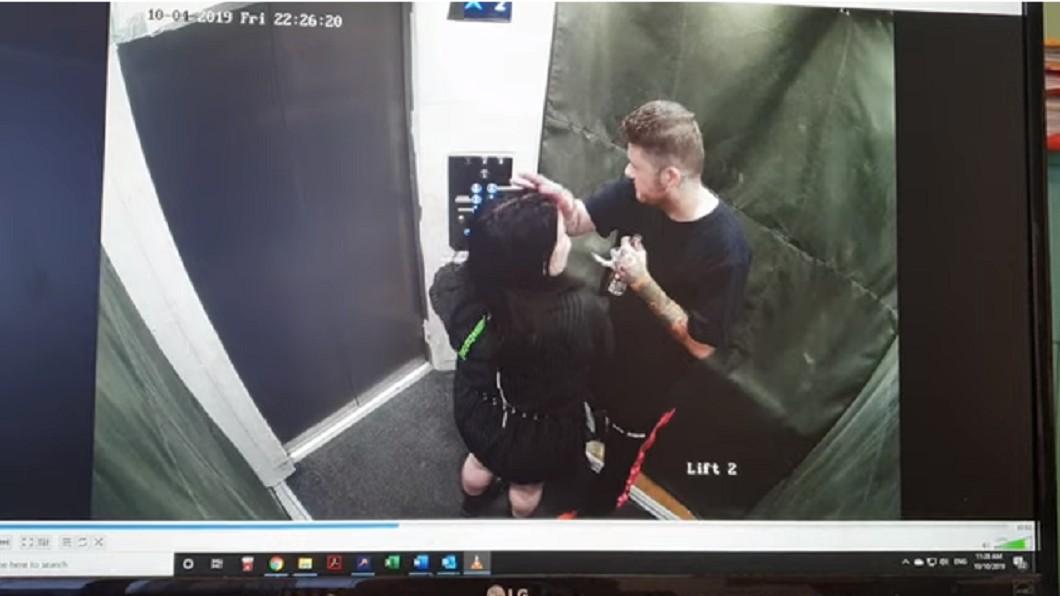 一對情侶在電梯內解放。 圖/翻攝自 Jane Elliott YouTube頻道 刷整排電梯按鈕!情侶脫褲解放舒爽完就閃人