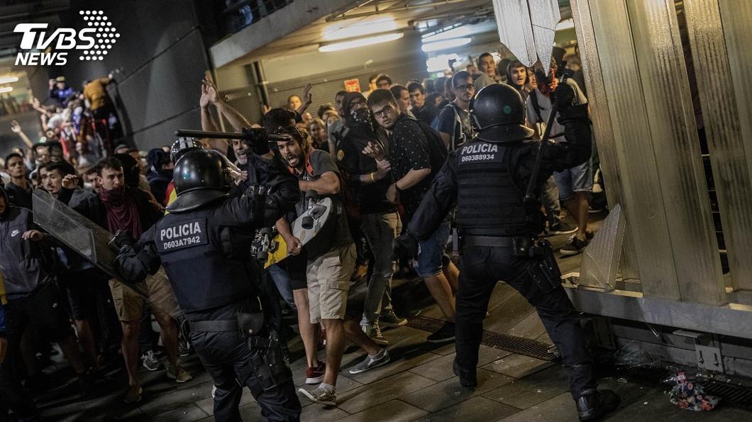 圖/達志影像美聯社 巴塞隆納聲援獨派領袖 萬人癱瘓機場爆警民衝突