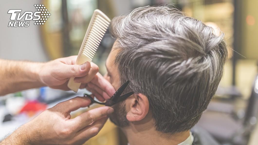 王男覺得頭髮被剪壞。示意圖/TVBS 頭髮被剪壞狂譙髒話 理髮師使出「無影腳」踢飛客人