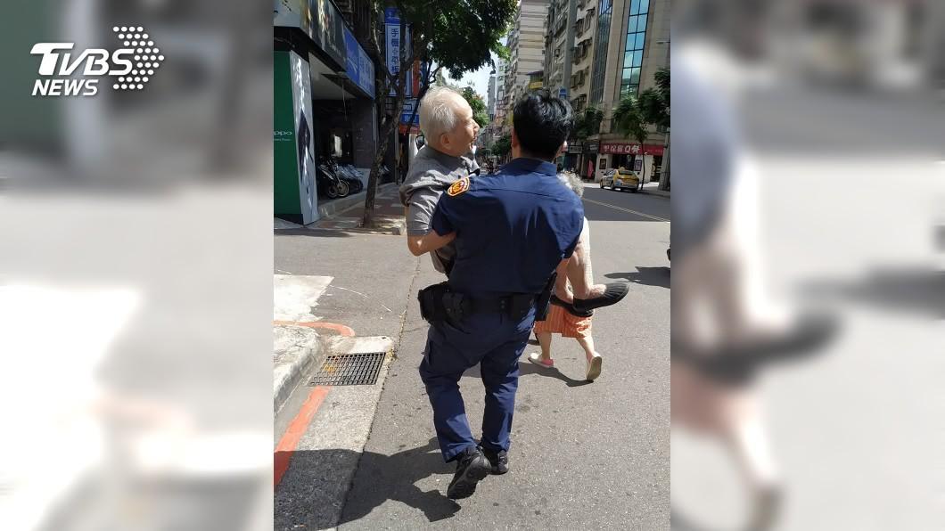 日前永和街頭出現1幕超暖畫面,員警抱著中暑的老爺爺回家休息。(圖/TVBS,永和派出所提供) 87歲翁中暑走不動 帥警暖心「公主抱」送回家