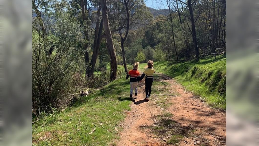 圖/翻攝自臉書粉專「Snake Catcher Victoria Australia」 開心拍下兒女背影照 媽返家一看險嚇暈